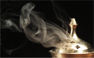 Oud-fumée-encens-parfum-en-scène--945x584